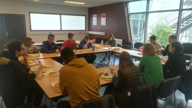 Atelier débat en salle de réunion